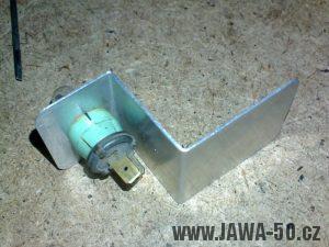 Ohnutý plech s žárovkou v objímce