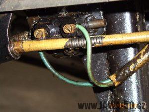 Jawa 23 Mustang: brzdový spínač na stupačkovém kříži