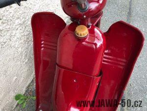 Motocykl Jawa 555 Pionýr skútr - první provedení krytů nad motorem, tzv. prsíček