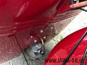 Motocykl Jawa 555 Pionýr skútr - první provedení krytů nad motorem, tzv. prsíček - uchycení k revmaplechu