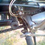Úprava Jawa 50: brzdový spínač na krytu řetězu