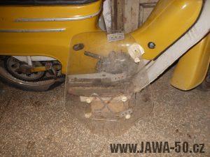 Starší provedení motocyklu Jawa 50 typ 20 Pionýr z roku 1975 v odstínu žlutá kari