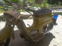 Starší provedení motocyklu Jawa 50 typ 20 z roku 1975 v odstínu žlutá kari