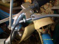 Motocykl Jawa 50 typ 21 Sport (Pionýr) z roku 1968 v původním stavu - hliníková páčka s průchozí dírou pro váleček lanka