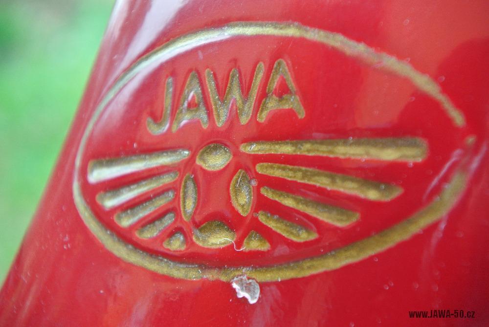 Motocykl Jawa 555 Pionýr (pionier) z roku 1959 v původním stavu - prolisované zlaté logo na nádrži - prolisované zlaté logo na nádrži