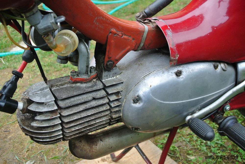 Motocykl Jawa 555 Pionýr (pionier) z roku 1959 v původním stavu - motor, válec lakovaný stříbřenkou