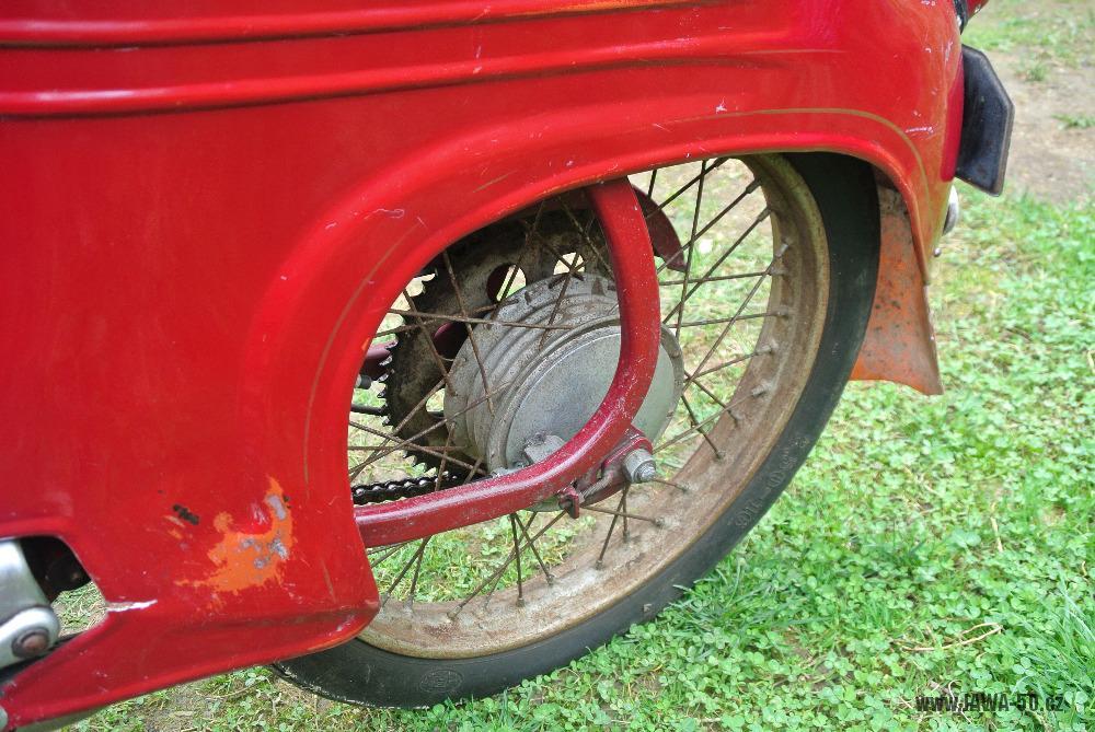 Motocykl Jawa 555 Pionýr (pionier) z roku 1959 v původním stavu - zadní kolo a blatník, lakované napínáky řetězu