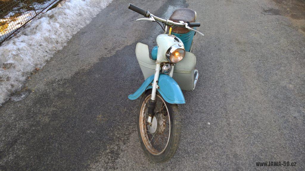 Motocykl Jawa 555 Pionýr, skútrové provedení z roku 1962 v původním stavu - přední část