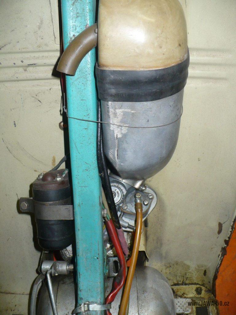 Motocykl Jawa 50 typ 05 z roku 1962 -hliníkový tlumič sání (čistič vzduchu)