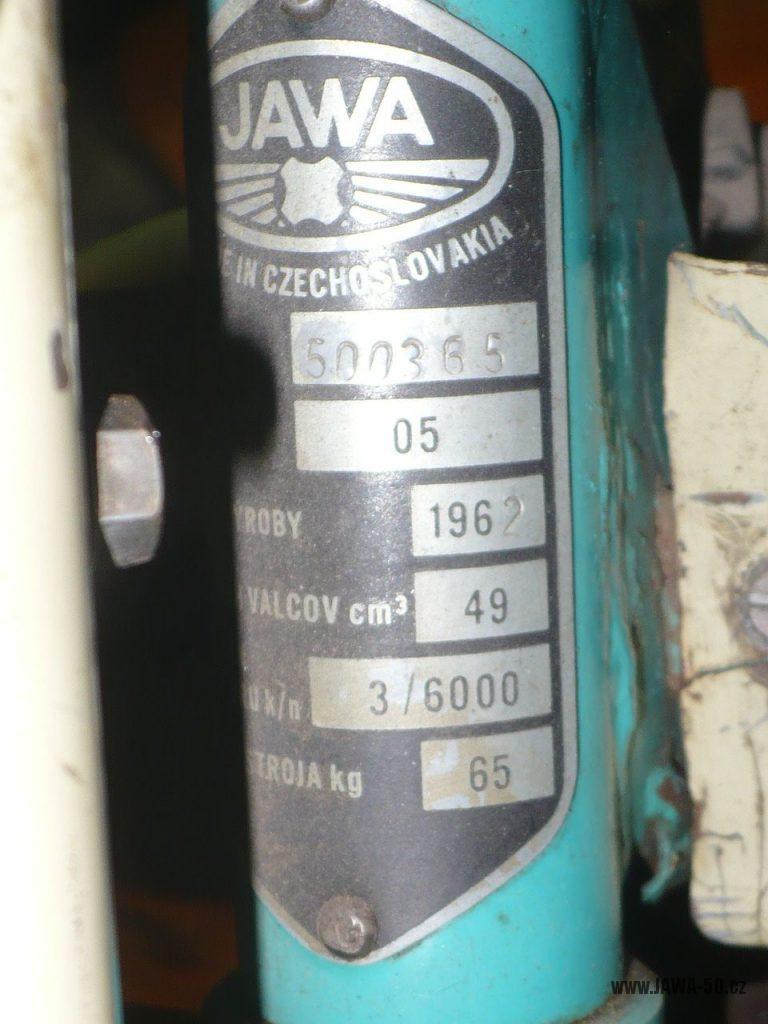 Motocykl Jawa 50 typ 05 z roku 1962 - výrobní štítek