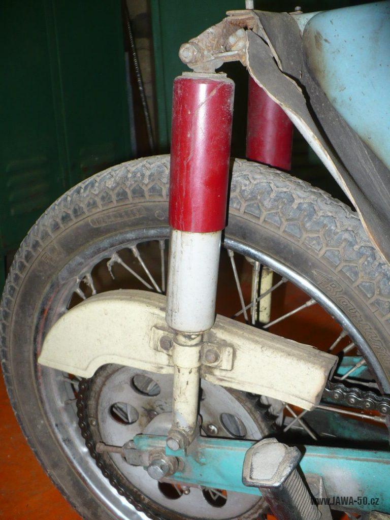 Motocykl Jawa 50 typ 05 z roku 1962 - zadní tlumiče