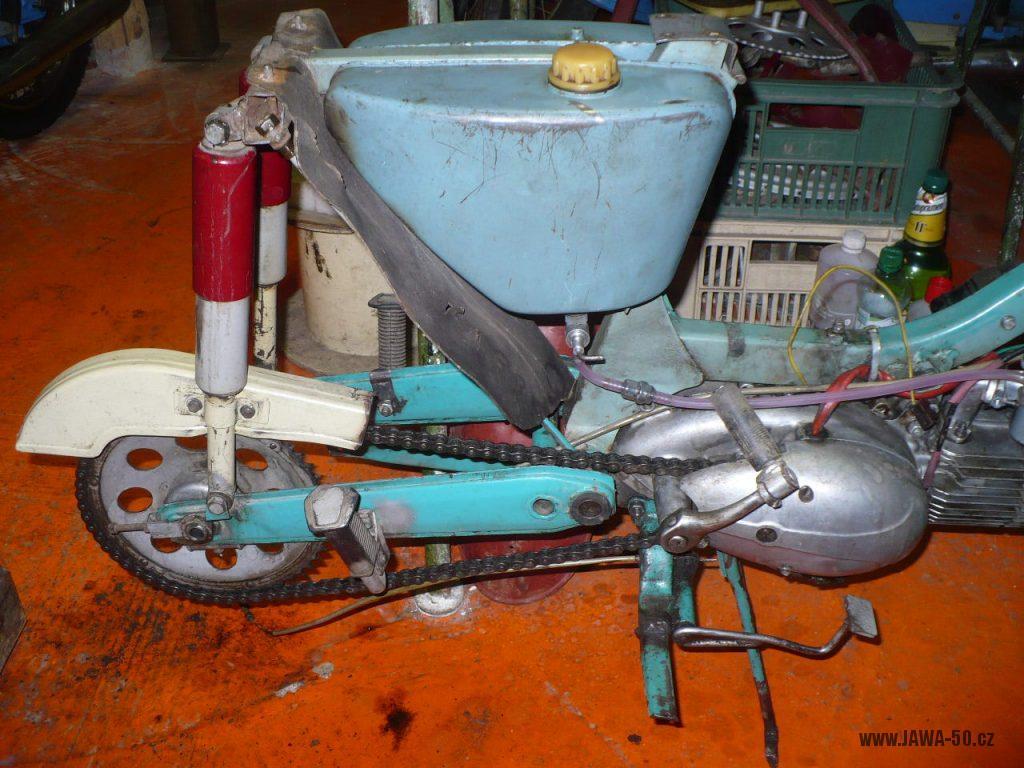 Motocykl Jawa 50 typ 05 z roku 1962 - nádrž, kryt řetězu, motor
