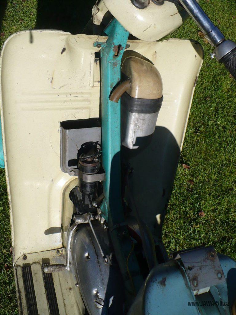 Motocykl Jawa 50 typ 05 z roku 1962 - indukční cívka a přihrádka (kastlík) na nářadí