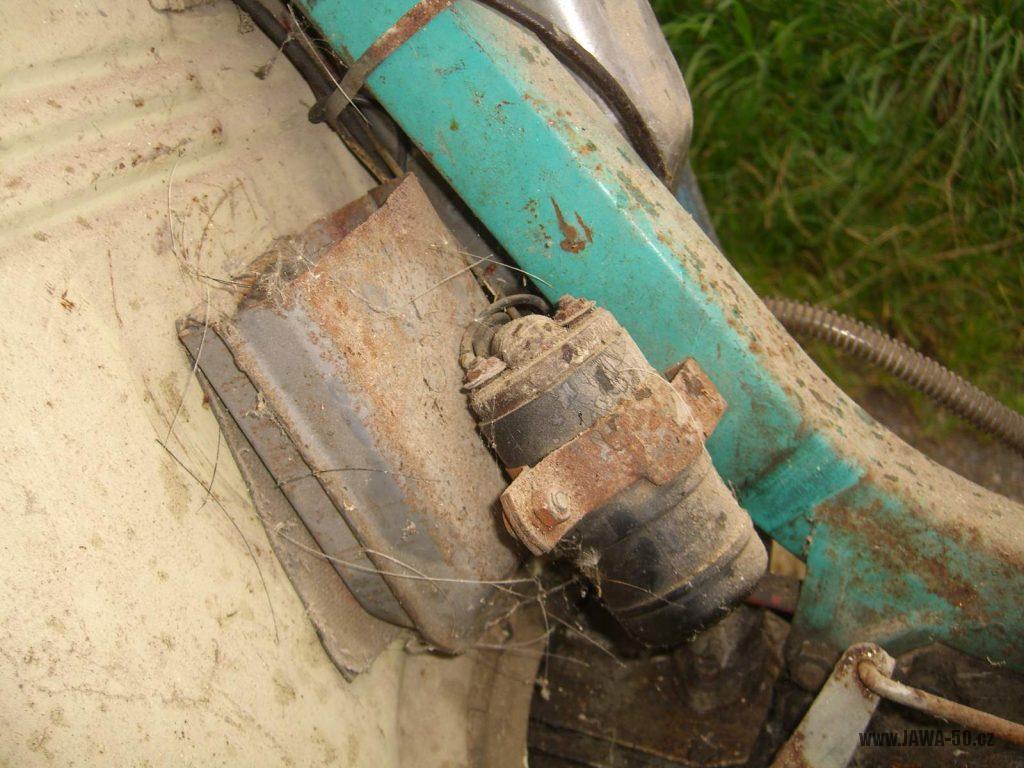 Motocykl Jawa 05 Pionýr z roku 1963 v původním stavu - schránka na nářadí a indukční cívka