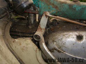Motocykl Jawa 05 Pionýr z roku 1963 v původním stavu - řadící páka