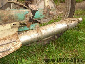 Motocykl Jawa 05 Pionýr z roku 1963 v původním stavu - výfuk a jeho uchycení