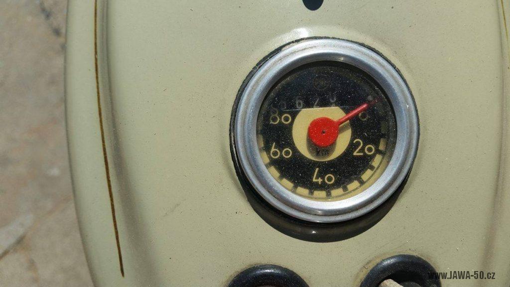 Motocykl Jawa 20 Pionýr z roku 1968 s atypickým výrobním číslem v původním stavu - tachometr