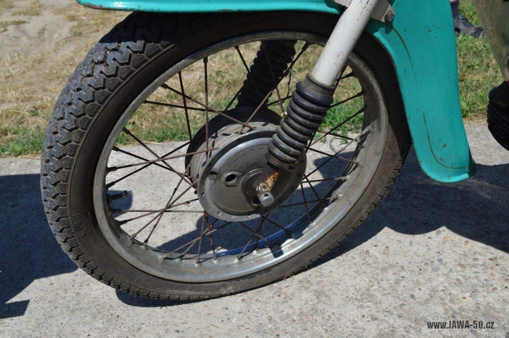 Motocykl Jawa 50 typ 20 Pionýr z roku 1968 s atypickým výrobním číslem - přední kolo s blatníkem
