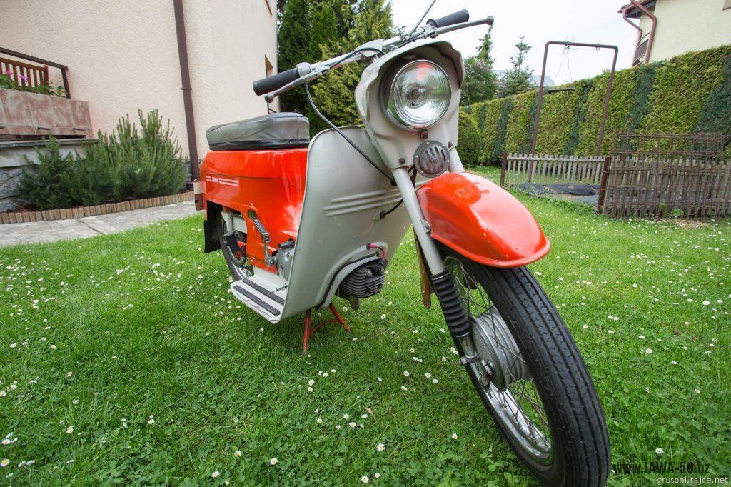 Motocykl Jawa 50 typ 220 Pionýr z roku 1977 v původním stavu - přední světlo
