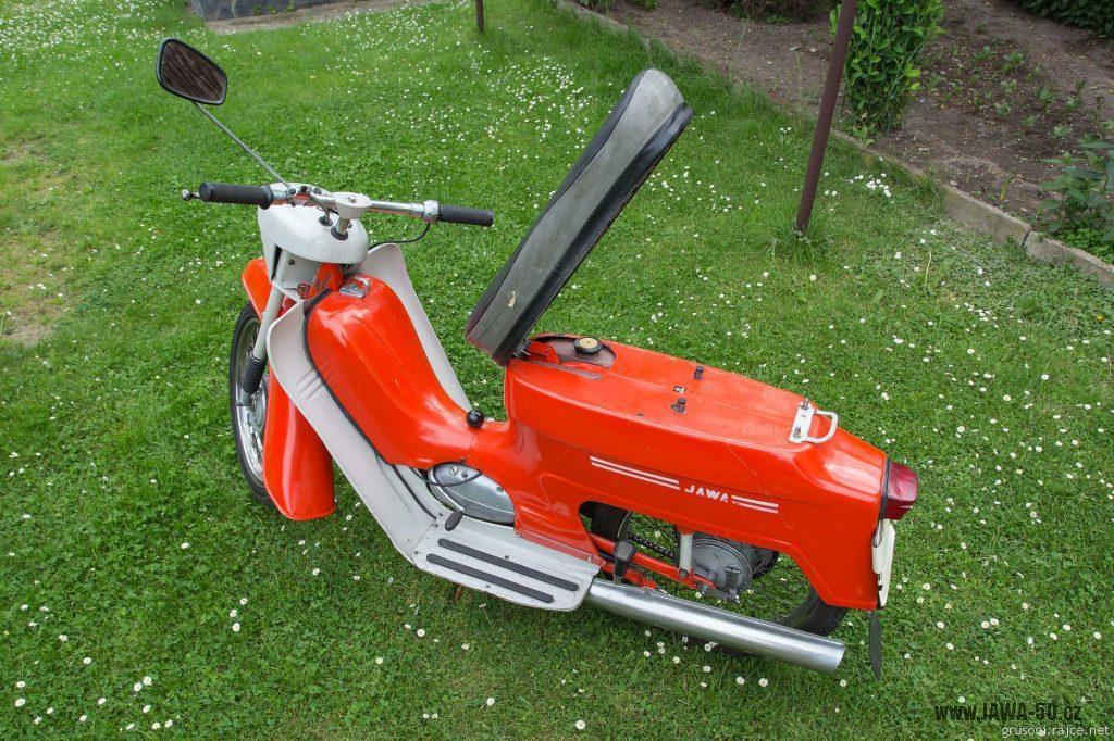 Motocykl Jawa 50 typ 220 Pionýr z roku 1977 v původním stavu - odklopené sedadlo