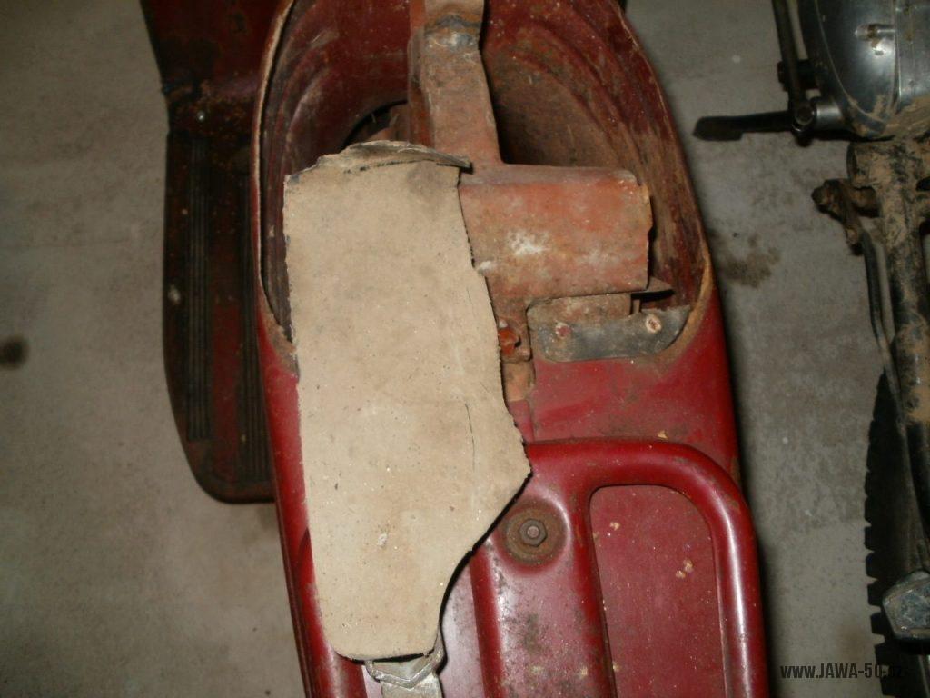 Oskútrovaný motocykl Jawa 555 Pionýr z roku 1962 - zbytek gumové zástěrky pod zadním blatníkem