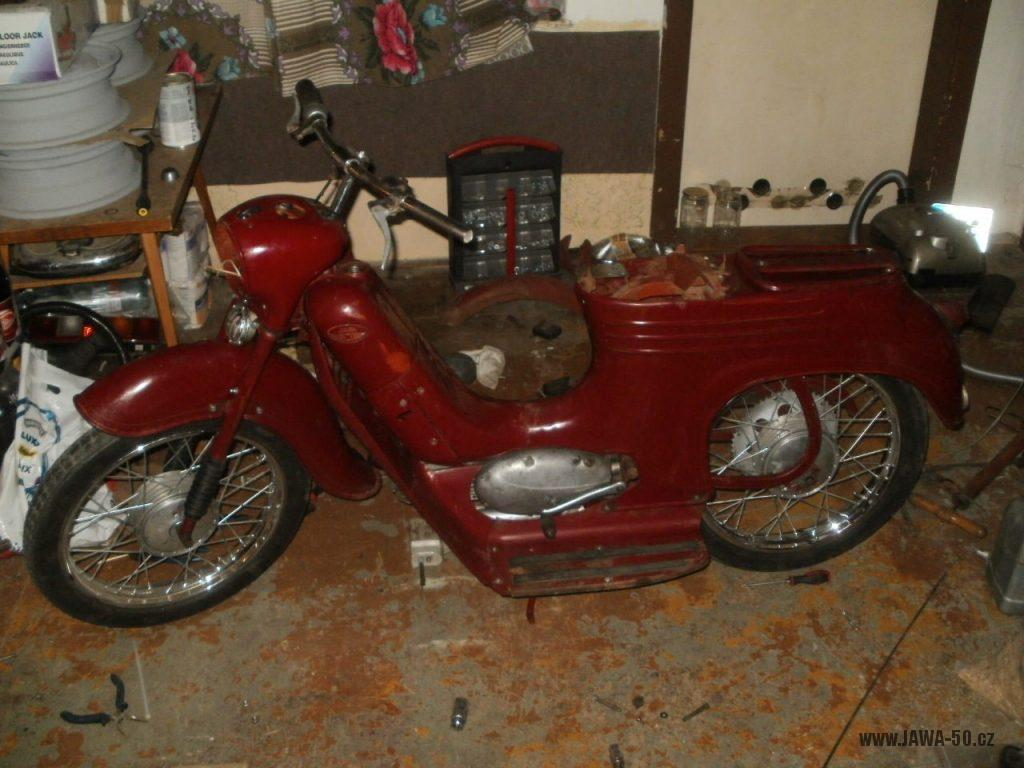 Oskútrovaný motocykl Jawa 555 Pionýr z roku 1962