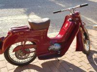 Motocykl Jawa 555 ve skútrovém provedení z roku 1962 - revmaplech se zlatými linkami