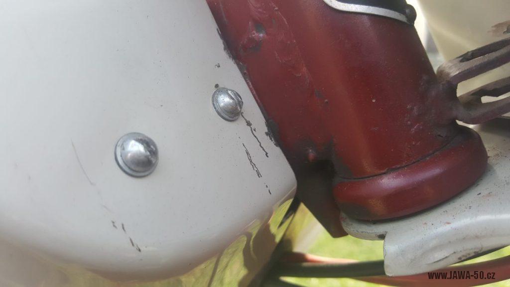 Motocykl Jawa 50 typ 220 Pionýr z roku 1979 - šrouby s půlkulatou hlavou, přichycení revmaplechu
