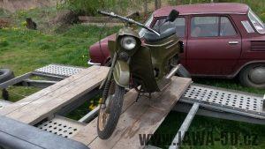 Motocykl Jawa 50 typ 05 Pionýr z roku 1965 ve vojenském khaki zbarvení pro ČSLA