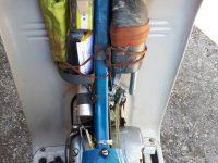 Motocykl Jawa 50 typ 220 Pionýr v původním stavu - prostor nad motorem s povinnou výbavou