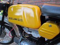 Vývozní (přiškrcený) motocykl Jawa 50 typ 223.200 Mustang pro Maďarsko z roku 1982 - nádrž se znakem a kastlík na nářadí