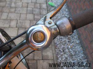 Vývozní (přiškrcený) motocykl Jawa 50 typ 223.200 Mustang pro Maďarsko z roku 1982 - bicyklový zvonek místo klaksonu