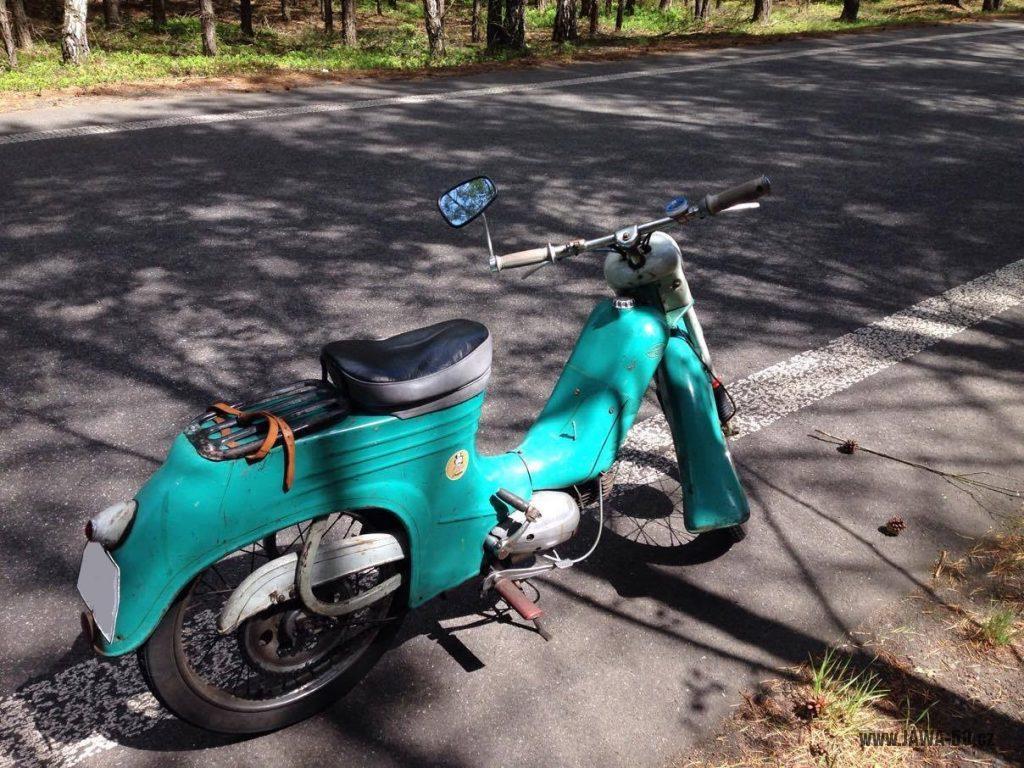 Motocykl Jawa 555 Pionýr, provedení De luxe s chromovanými ráfky kol (rok 1962)