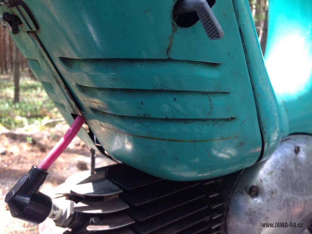 Motocykl Jawa 555 Pionýr, provedení De luxe s chromovanými ráfky kol (rok 1962) - dvířka krytu nad motorem (prsíček)