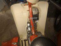 Motocykl Jawa 50 typ 20 Pionýr z roku 1969 v původním stavu - prostor nad motorem