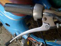 Pátá varianta řídítek (s hrazdou) používaná na motocyklech Jawa 50 (typ 05 Sport, 21 Sport, 23 Mustang)