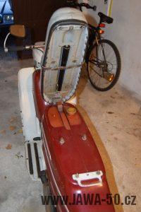 Motocykl Jawa 05 Pionýr z roku 1965 v originálním stavu - odklopené sedadlo