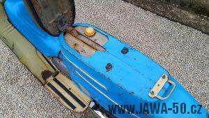 Motocykl Jawa 05 Pionýr z roku 1962 v originálním stavu - prostor pod odklopeným sedadlem