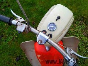 Motocykl Jawa 20 Pionýr z roku 1973 v originálním stavu - řídítka a tachometr