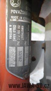 Motocykl Jawa 220.100 Pionýr z roku 1980 v originálním stavu - výrobní štítek
