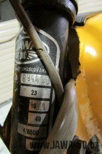 První provedení vývozního motocyklu Jawa 23 Golden Sport z roku 1971 v původním stavu - výrobní štítek