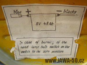 Druhé provedení vývozního motocyklu Jawa 23 Golden Sport z roku 1972 - popis baterie na dvířkách kastlíku