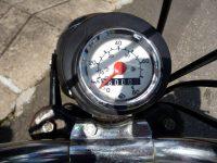 Tachometr FER používaný na mopedech Babetta s dvojitou stupnicí (kmh, mph) a podsvícením