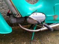 Motocykl Jawa 21 Sport (Pionýr) z roku 1976 (čtvrtá etapa) - motor, řazení, uchycení pružiny stojanu