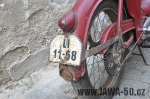 Motocykl Jawa 550 Pionýr (pařez) z roku 1955 v původním originálním stavu - zadní blatník a registrační značka se světlem