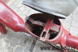 Motocykl Jawa 550 Pionýr (pařez) z roku 1955 v původním originálním stavu - prostor pod odklopeným sedadlem