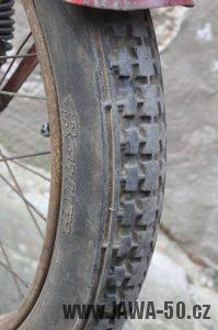 Motocykl Jawa 550 Pionýr (pařez) z roku 1955 v původním originálním stavu - vzorek původní pneumatiky