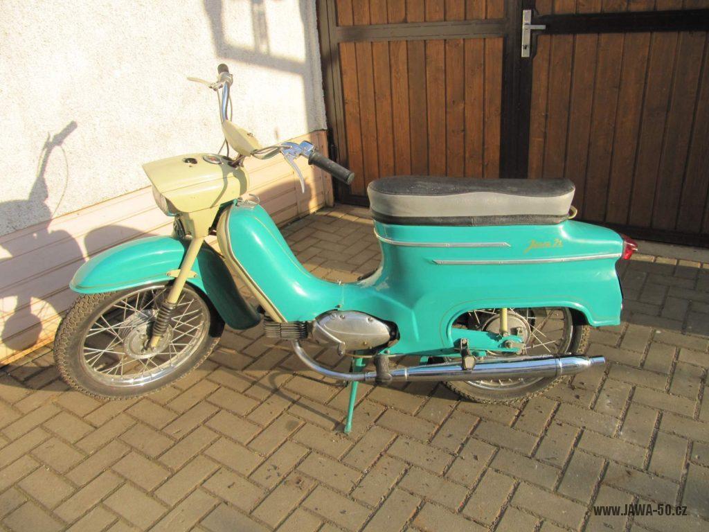 Dokonale zachovalý motocykl Jawa 21 Sport (Pionýr) v tyrkysové barvě z roku 1969