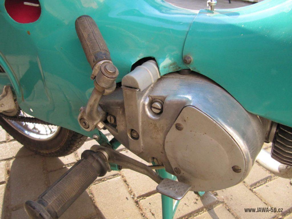 Dokonale zachovalý motocykl Jawa 21 Sport (Pionýr) v tyrkysové barvě z roku 1969 - motor