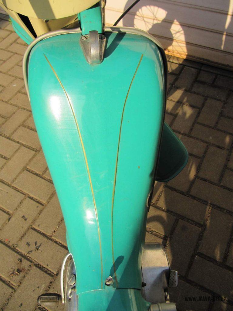 Dokonale zachovalý motocykl Jawa 21 Sport (Pionýr) v tyrkysové barvě z roku 1969 - kryt nad motorem